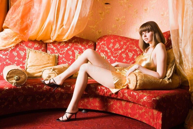 Mulher atrativa com pés longos imagens de stock royalty free