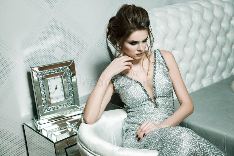 Mulher atrativa com penteado à moda e composição brilhante no evenin imagens de stock