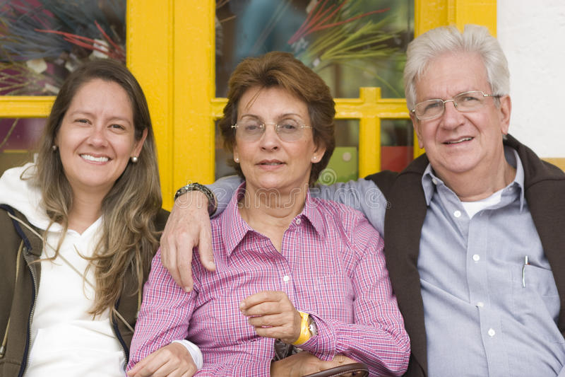 Mulher atrativa com seus matriz e pai imagem de stock royalty free