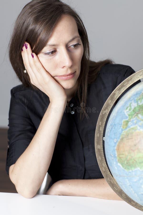 Mulher atrativa com um globo fotos de stock royalty free