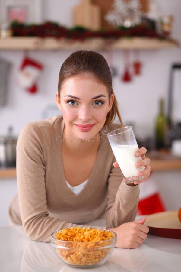Mulher atrativa de sorriso que come o café da manhã dentro fotos de stock royalty free