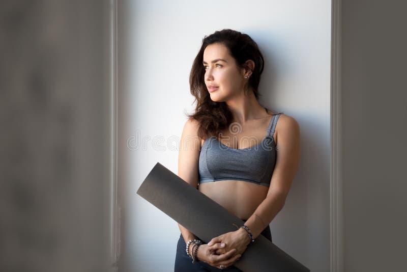 Mulher atrativa desportiva nova após ter praticado a ioga imagens de stock royalty free