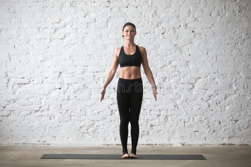 Mulher atrativa do iogue novo na pose da montanha, backgro branco do sótão imagens de stock royalty free