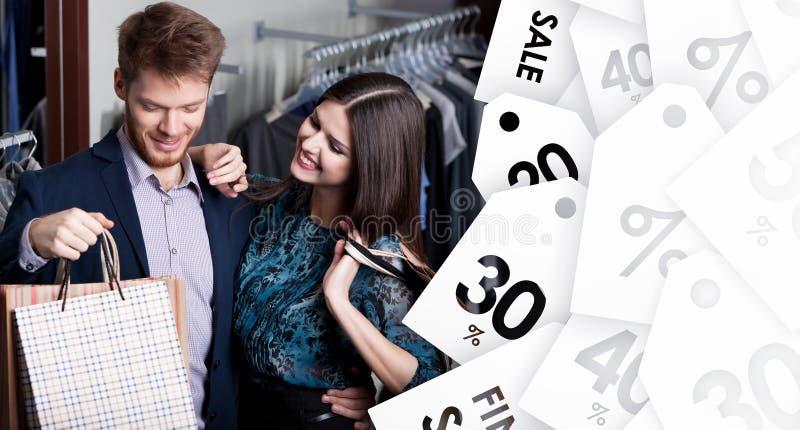 A mulher atrativa e o homem novo estão na loja na venda imagem de stock royalty free