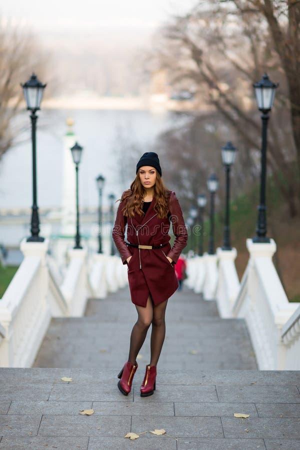 Mulher atrativa em escadas fotografia de stock royalty free
