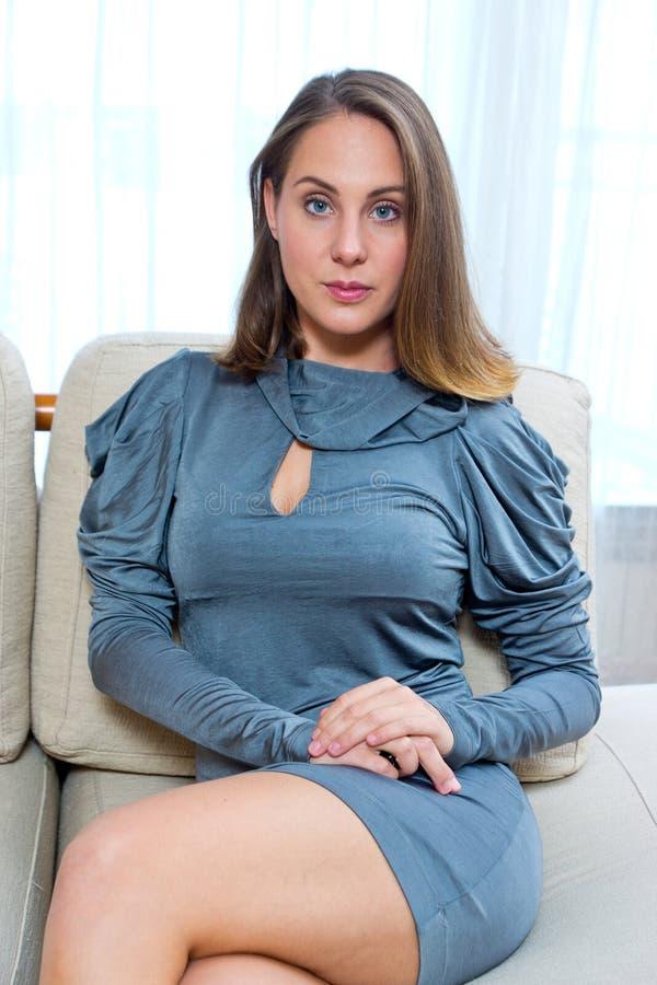 Mulher atrativa em sua casa imagens de stock royalty free