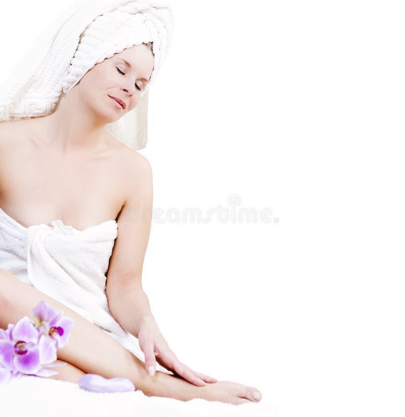 A mulher atrativa está relaxando no bem-estar. imagens de stock royalty free