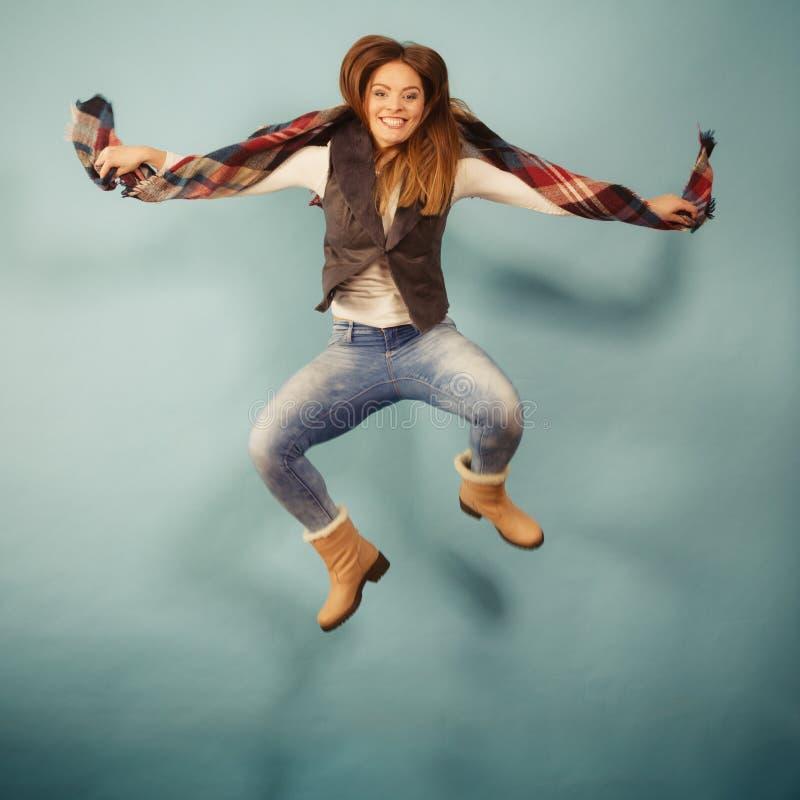 A mulher atrativa está saltando acima imagem de stock royalty free