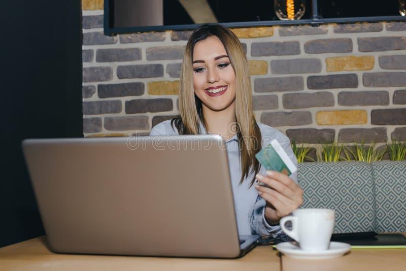 Mulher atrativa feliz que paga na linha imagem de stock royalty free