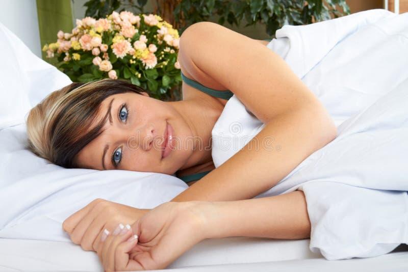 Mulher atrativa na cama imagens de stock