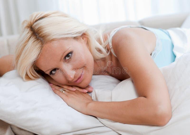 Mulher atrativa na cama fotografia de stock