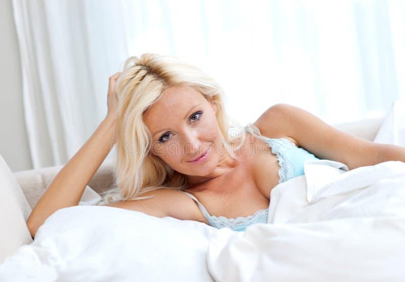 Mulher atrativa na cama imagem de stock