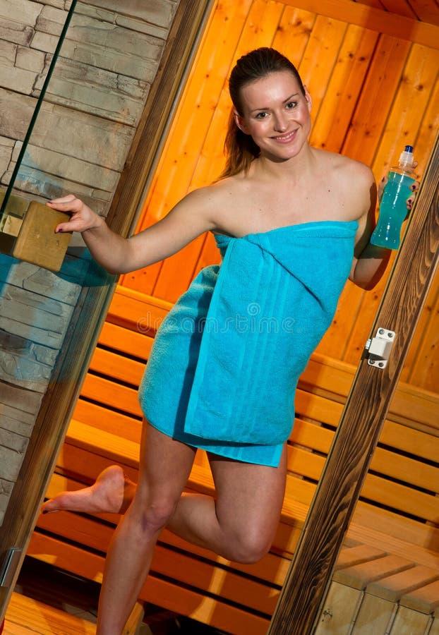 Mulher atrativa na sauna imagem de stock