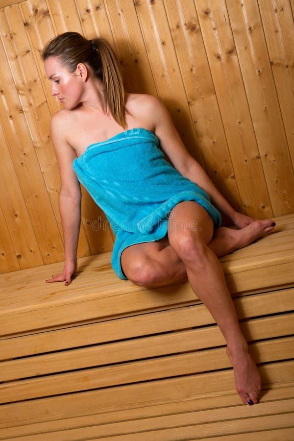 Mulher atrativa na sauna foto de stock royalty free