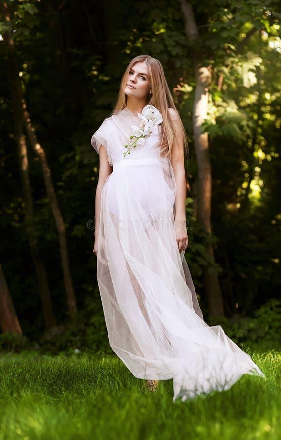 Mulher atrativa natural no vestido longo branco imagem de stock