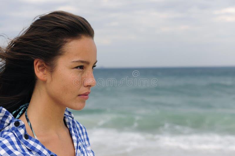 Mulher atrativa no mar que enfrenta o futuro imagens de stock royalty free