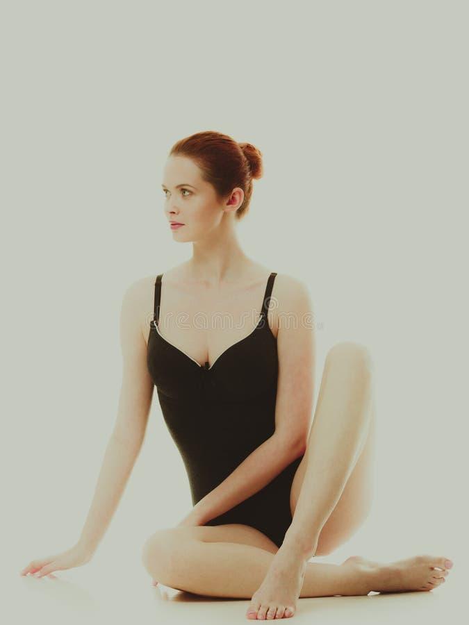 Mulher atrativa no roupa interior preto do estilo do roupa de banho imagens de stock