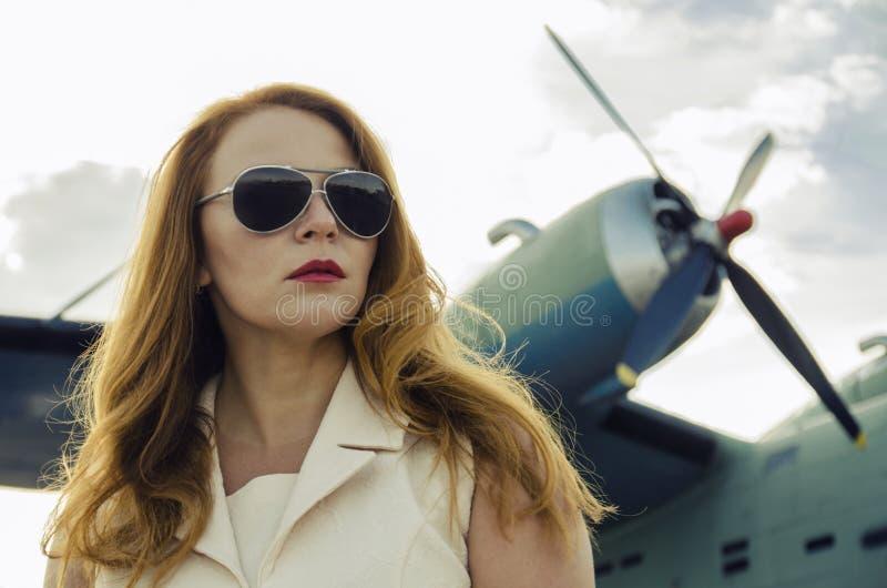 Mulher atrativa nos óculos de sol fora do plano militar próximo fotos de stock royalty free