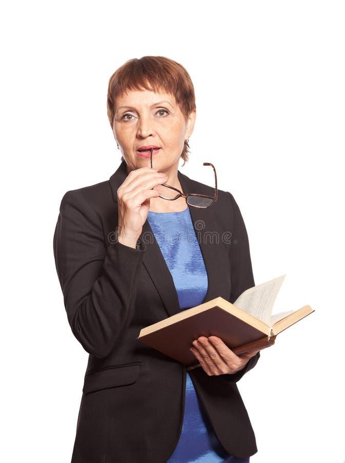 Mulher atrativa nos vidros com um livro imagem de stock