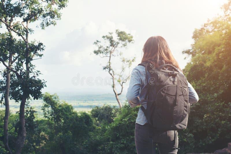 A mulher atrativa nova aprecia com a natureza que cerca, a conseguido imagens de stock