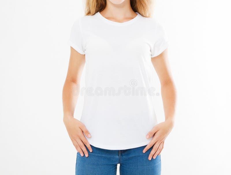 A mulher atrativa nova colhida do retrato no t-shirt branco à moda isolou-se, menina no tshirt, placa fotos de stock royalty free