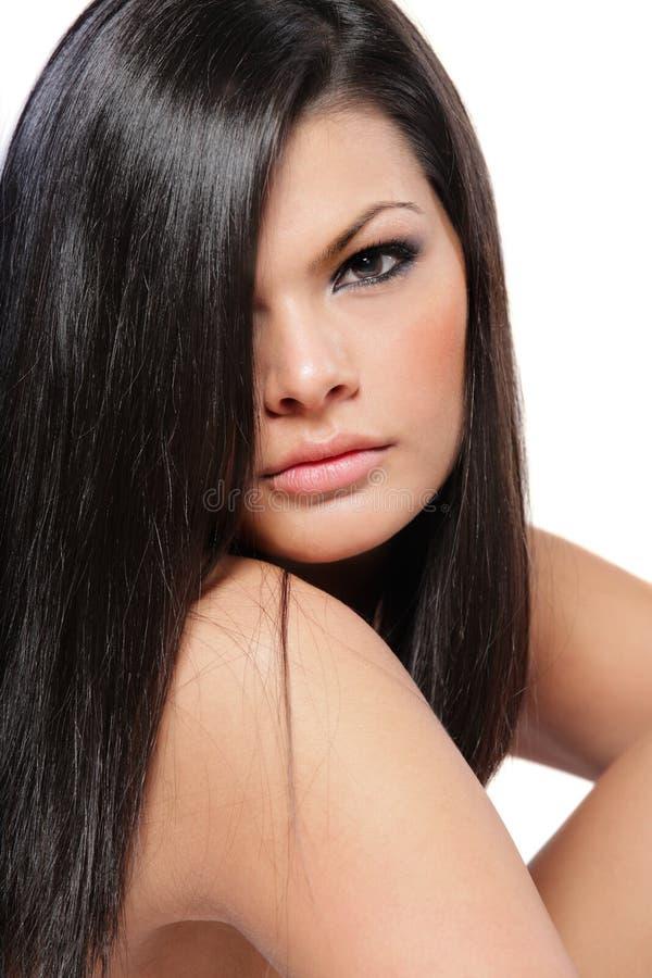 Mulher atrativa nova com cabelo preto longo. fotos de stock royalty free