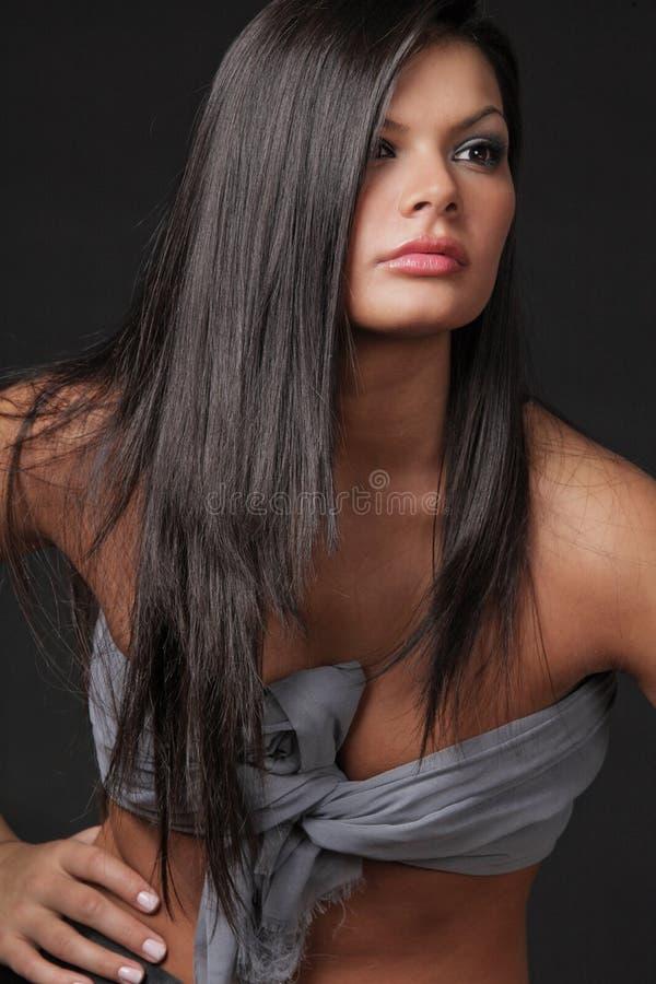 Mulher atrativa nova com cabelo preto longo. fotografia de stock royalty free