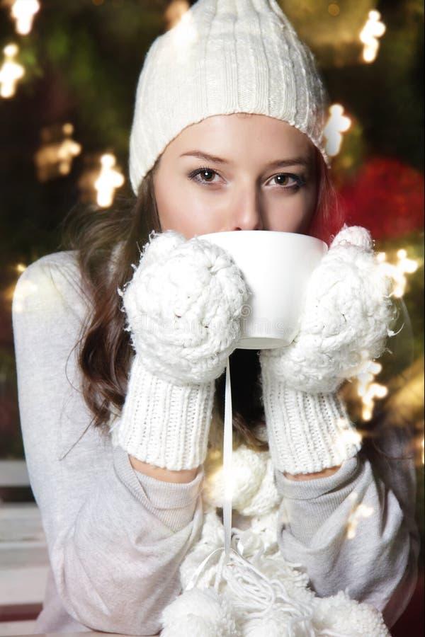 Mulher atrativa nova com chávena de café fotografia de stock royalty free