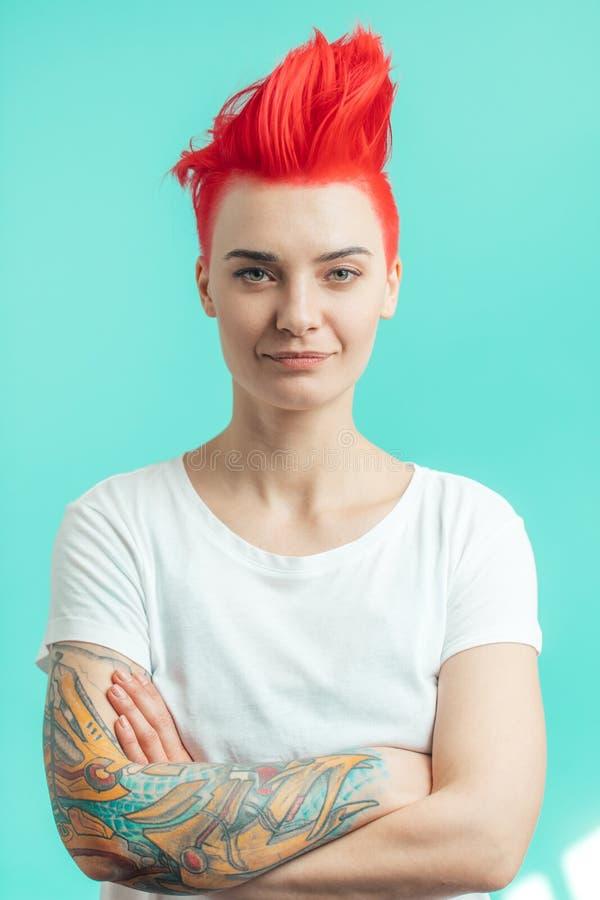 Mulher atrativa nova com penteado brilhante fotografia de stock