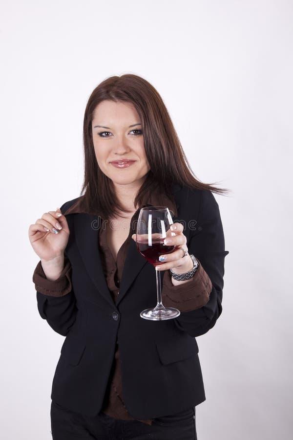 Mulher atrativa nova com um vidro do vinho imagens de stock royalty free