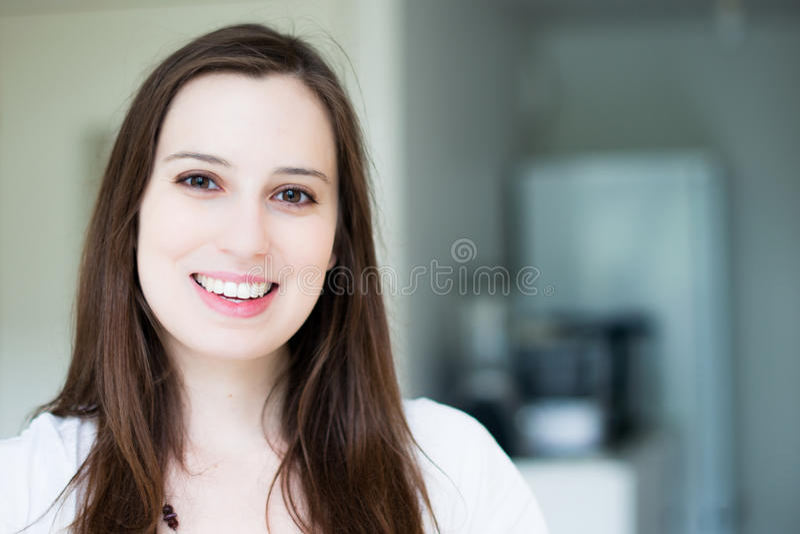 Mulher atrativa nova de sorriso fotografia de stock royalty free