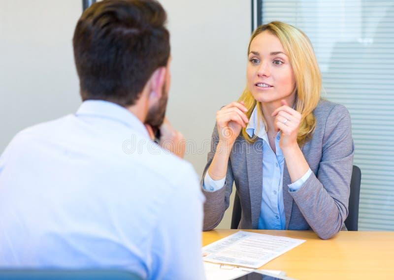 Mulher atrativa nova durante a entrevista de trabalho imagem de stock