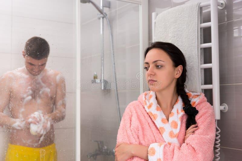 Mulher atrativa nova que espera seu noivo quando ele rubbin fotografia de stock