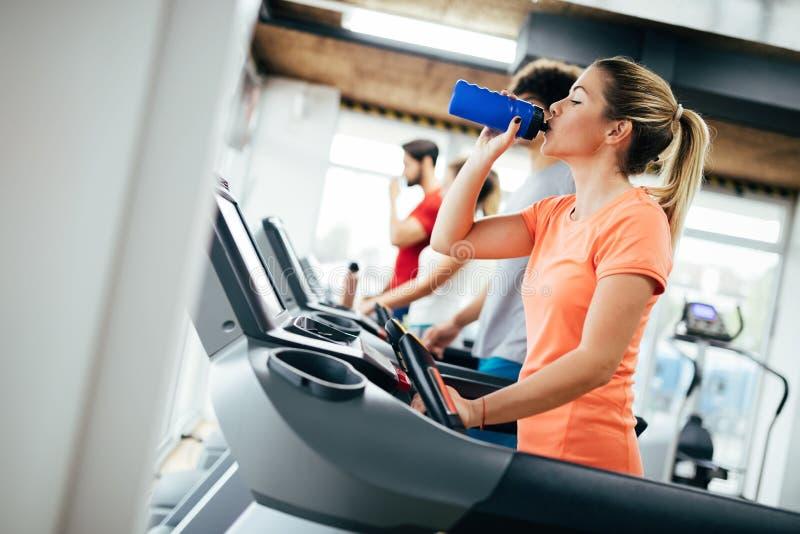 Mulher atrativa nova que faz o cardio- treinamento no gym imagens de stock royalty free