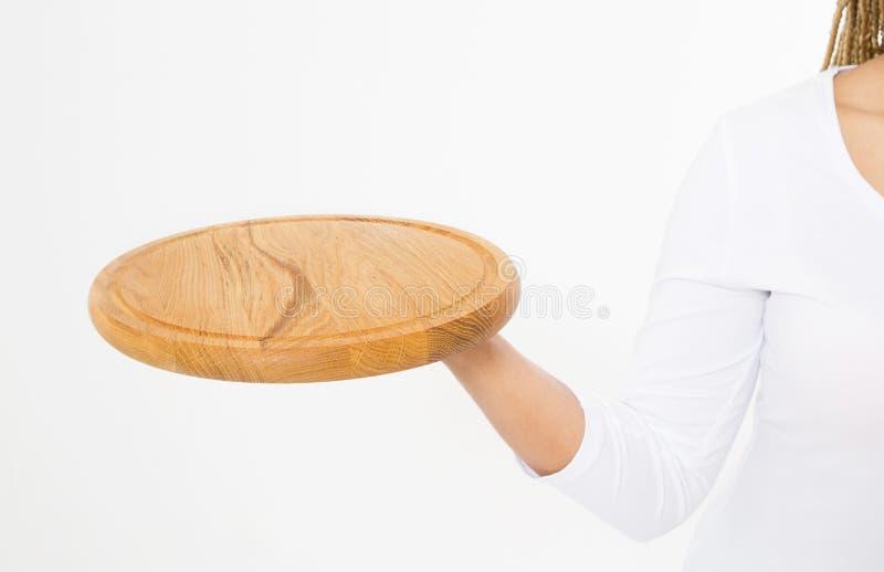 Mulher atrativa nova que guarda a bandeja de madeira vazia Placa de corte da pizza isolada no fundo branco Copie o espaço e zombe fotografia de stock royalty free