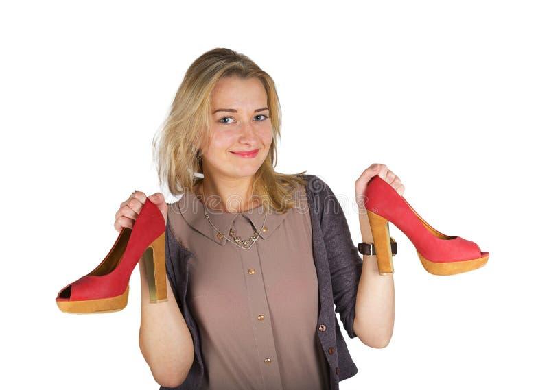 Mulher atrativa nova que guarda sapatas vermelhas fotos de stock royalty free