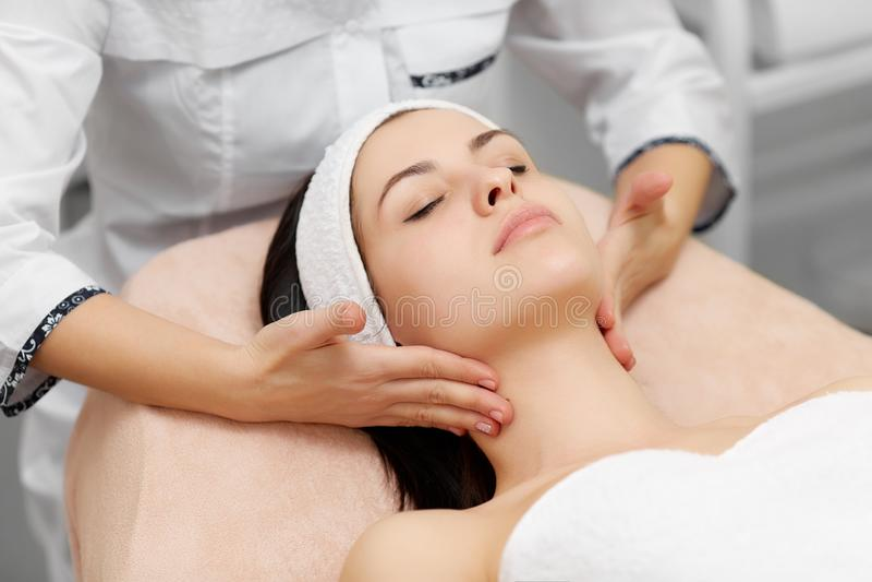 Mulher atrativa que aprecia hidratando procedimentos no salão de beleza imagens de stock royalty free