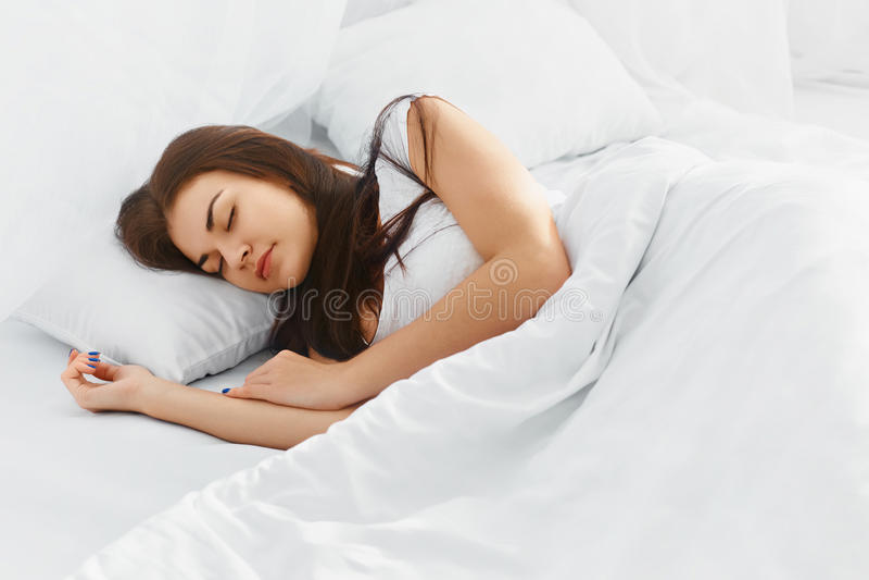 Mulher atrativa que dorme no quarto fotos de stock royalty free