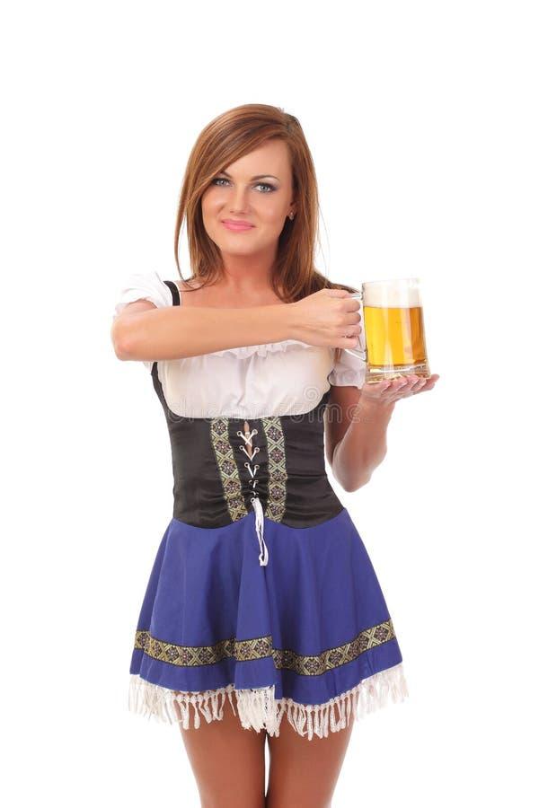 mulher atrativa que guarda uma cerveja imagem de stock