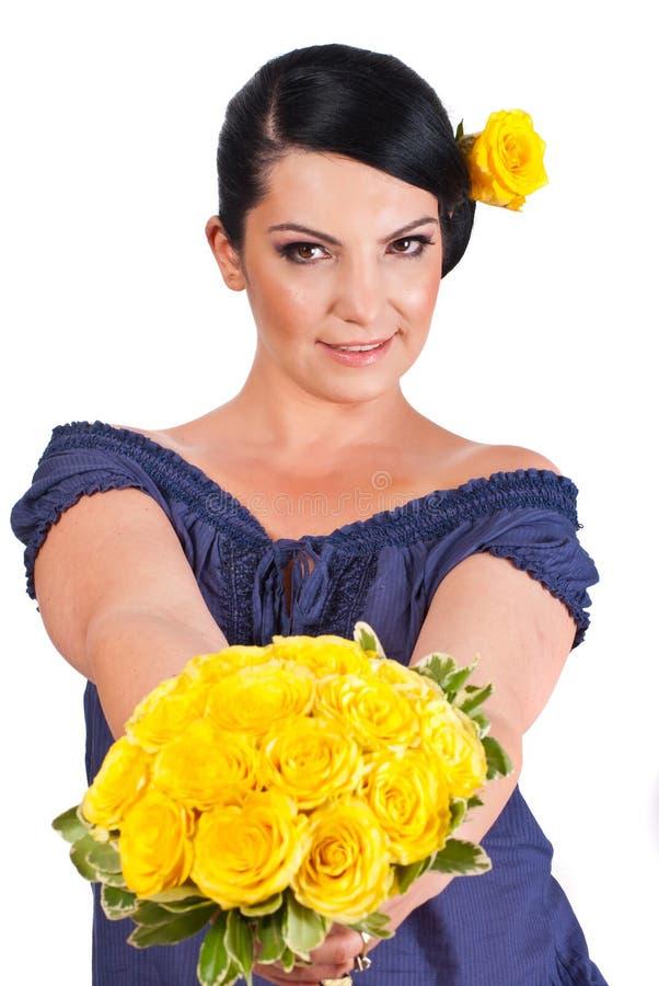 Mulher atrativa que oferece rosas amarelas fotos de stock
