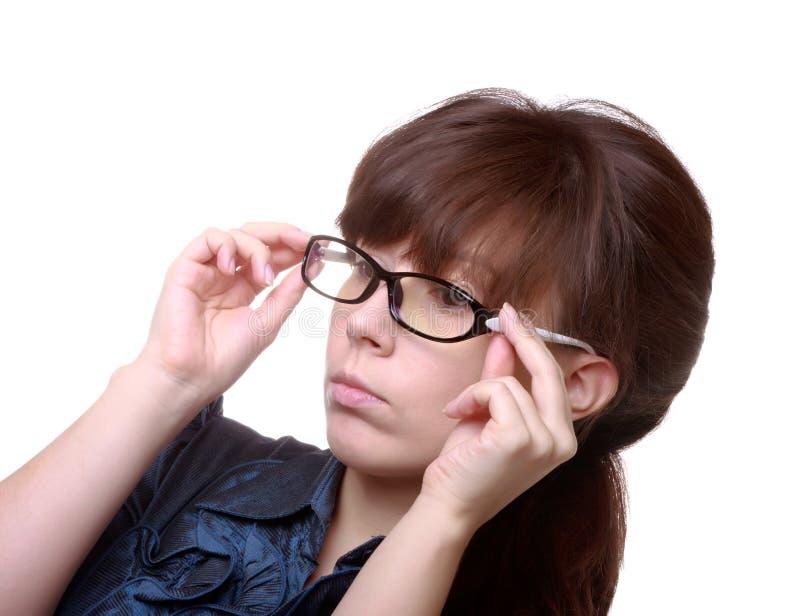 Mulher atrativa que prende seus eyeglasses fotografia de stock