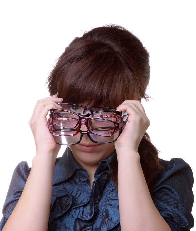Mulher atrativa que prende seus eyeglasses fotos de stock royalty free