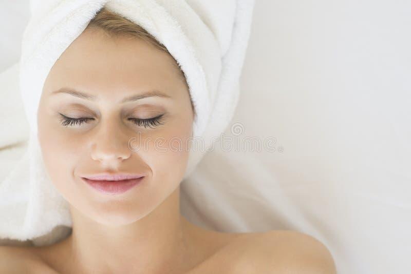 Mulher atrativa que relaxa em termas da beleza fotos de stock royalty free