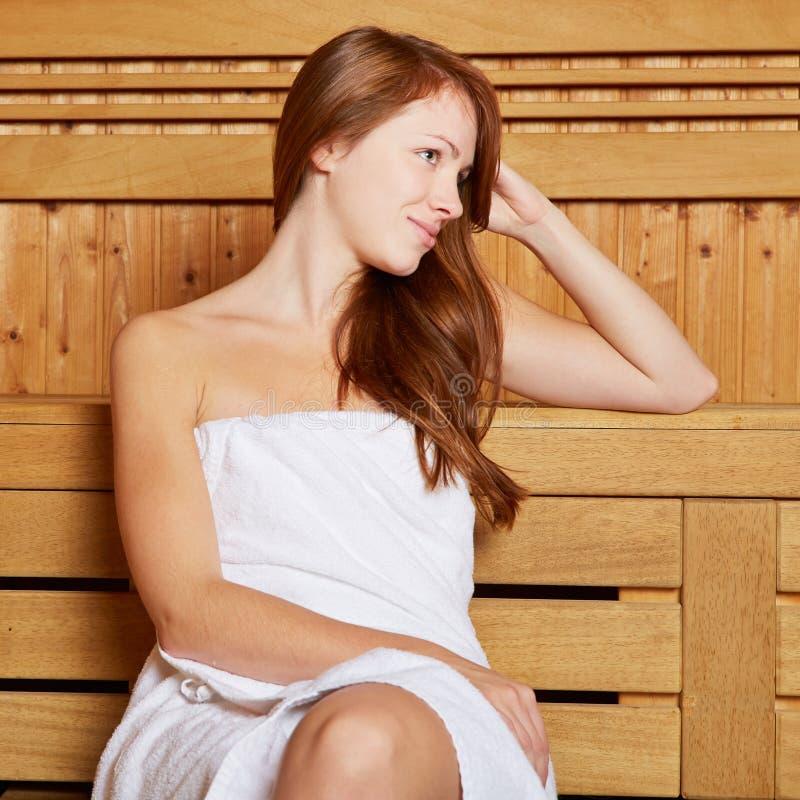 Mulher atrativa que senta-se na sauna fotos de stock