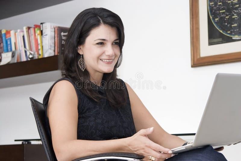 Mulher atrativa que trabalha com portátil imagem de stock royalty free