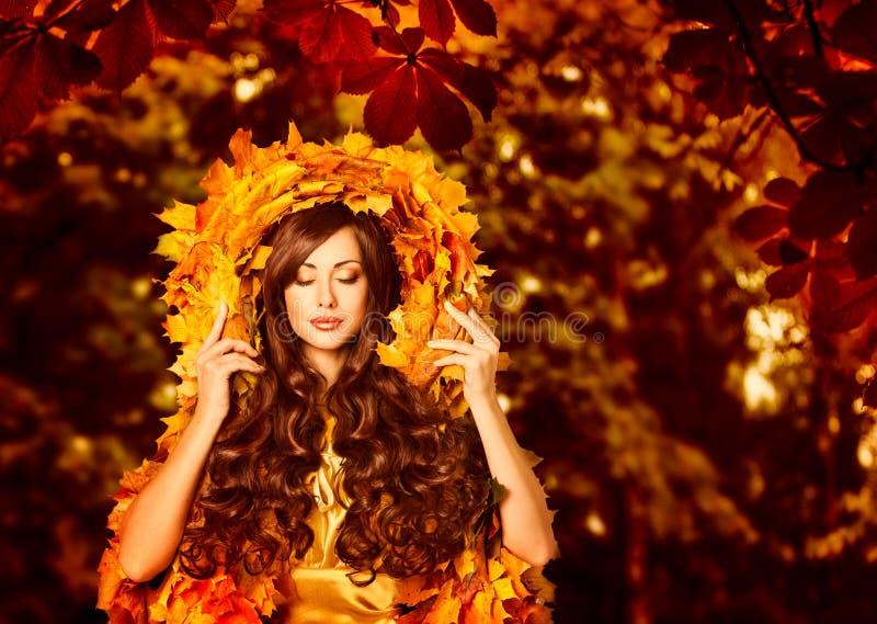 Mulher Autumn Outdoors Makeup Portrait, forma nas folhas da queda fotos de stock royalty free