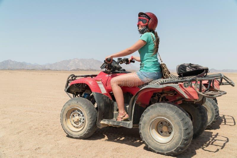 Mulher aventurosa na viagem por estrada através do deserto em Egito imagem de stock