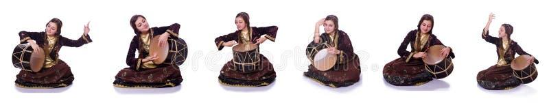 A mulher azeri nova que joga o nagara tradicional do cilindro fotografia de stock royalty free