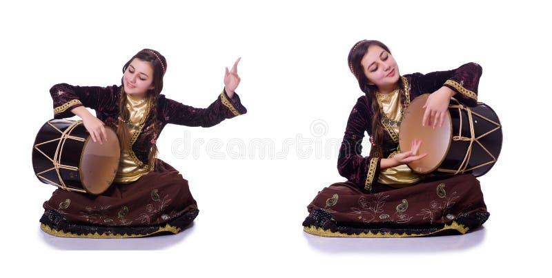 A mulher azeri nova que joga o nagara tradicional do cilindro imagens de stock royalty free