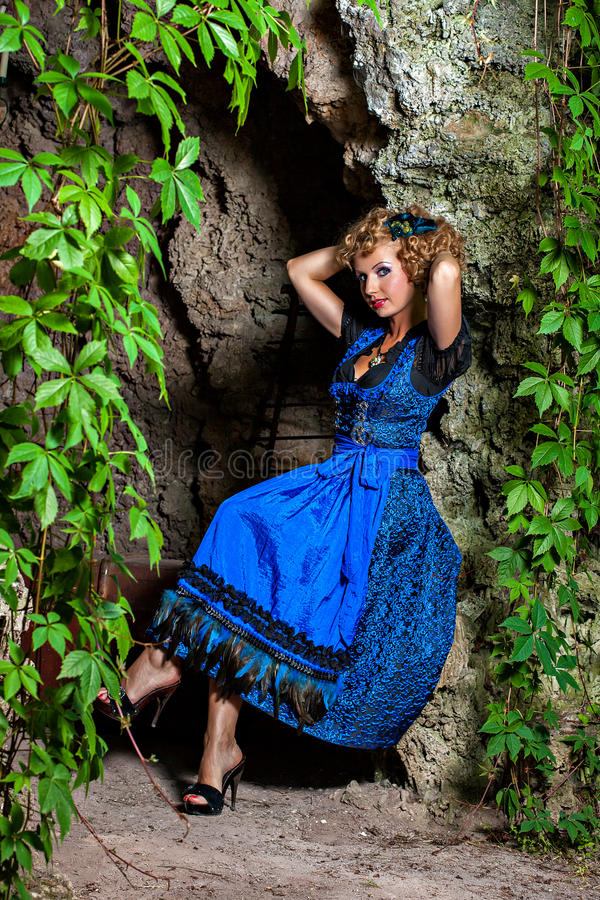 Mulher bávara bonita no Dirndl de Oktoberfest imagens de stock royalty free